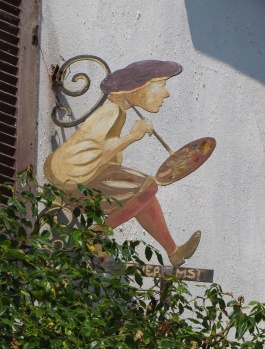 Painter on the side of a house in Geurande