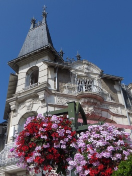 Lots of hanging baskets like this in Le Pouliguen