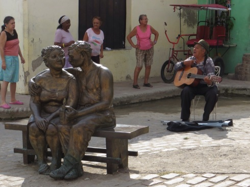 Exercise class, a singer and the Lovers statue by Martha Jimenez