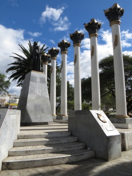 Columns in Loja representing the alliance between Ecuador, Colombia, Peru, Bolivia and Venezuela