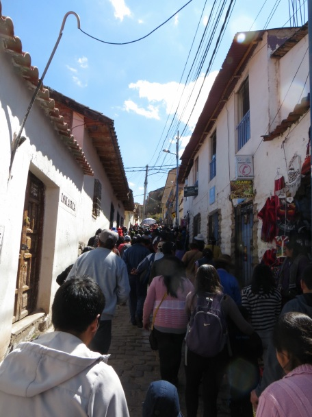 Crowds walking up to Sacsayhuaman