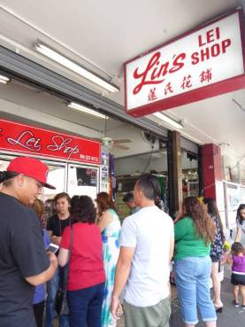 Queue at the Lei shop