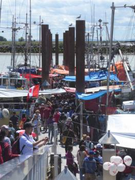 Boats and crowds at Fisherman's Wharf